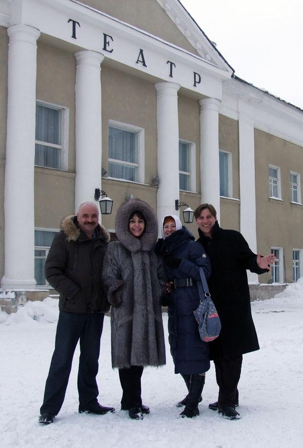 Актеры возде здания Вольского театра