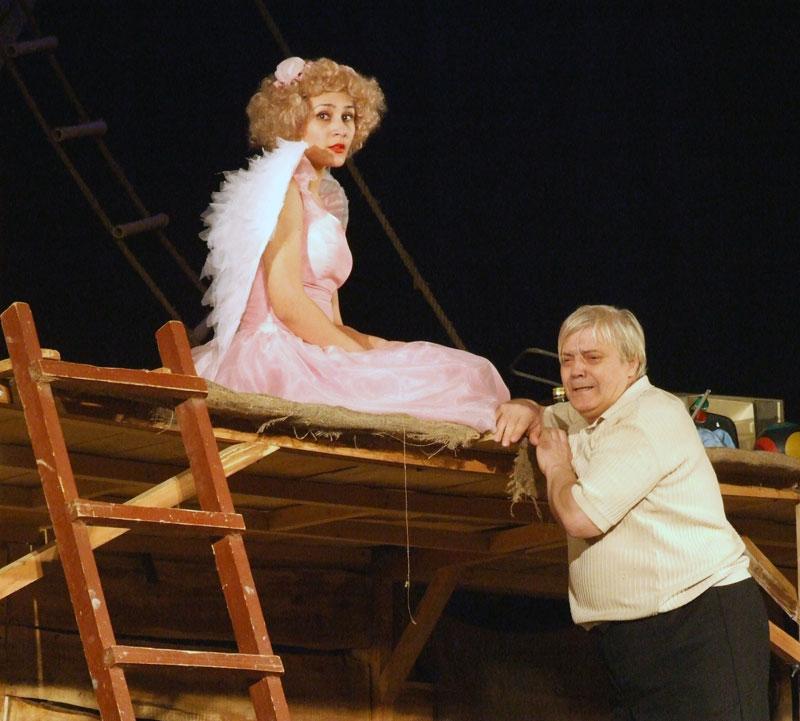 Сцена из спектакля. Ангел Свиньи и Сосед